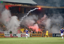 Hàng Đẫy thất thủ vì pháo sáng: Đừng hủy hoại bóng đá Việt Nam!