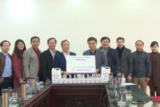 Sở Giáo dục và Đào tạo tiếp nhận dung dịch nước vệ sinh sát khuẩn do trường đại học Phenikaa (Hà Nội) trao tặng.